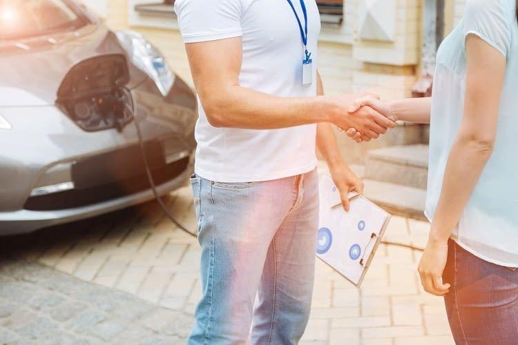 Bei Flinkster können Elektroautos beispielsweise ab 1,50 Euro pro Stunde zzgl. 0,18 Euro pro km gemietet werden