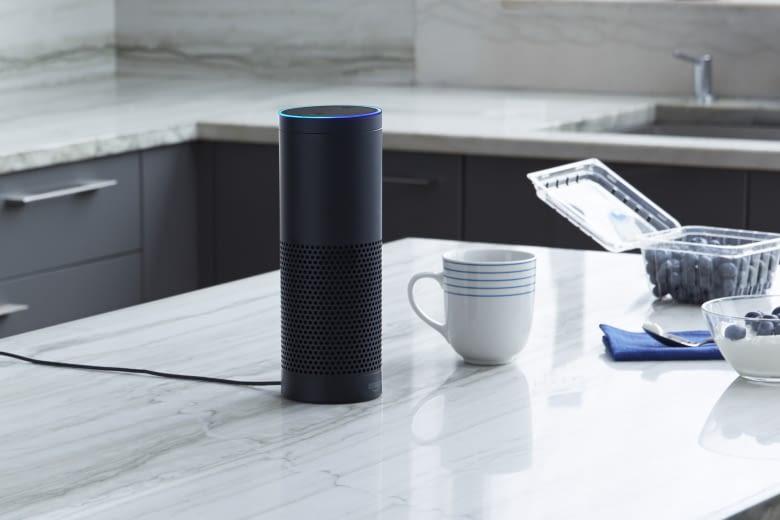 Hört immer zu und gibt durch integrierte Lautsprecher guten Sound ab: Amazon Echo