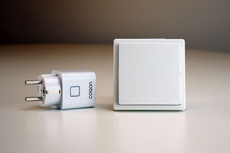 COQON Z-Wave Zwischenstecker (li.) und smarter Wandschalter (re.) machen das Smart Home noch komfortabler