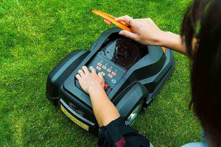 """Yard Force SA 650ECO ist ein robustes """"Arbeitstier"""", dessen Programmierung mit wenigen Tastendrucken erledigt ist"""