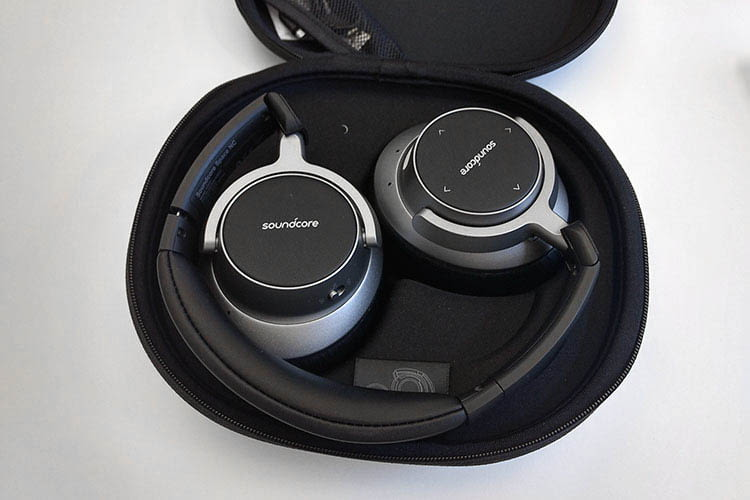 Die Anker Soundcore Space NC Bluetooth-Kopfhörer lassen sich zusammengefaltet platzsparend transportieren