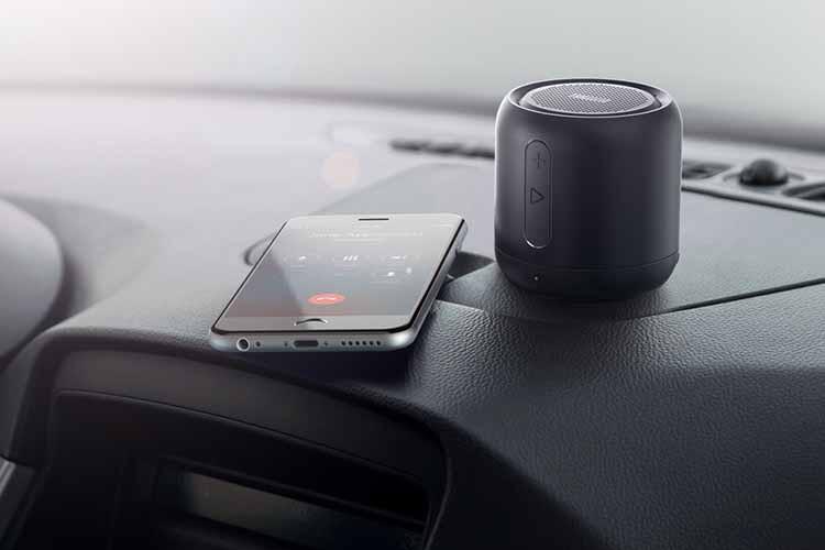 Dank seiner kompakten Größe sorgt ANKER Soundcore Mini auch im Auto für einen guten Klang