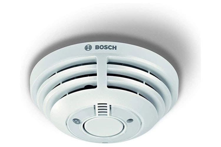 Der Bosch Raumelder kann im Brandfall Leben retten und leuchtet dank eingebautem Notlicht den Fluchtweg aus