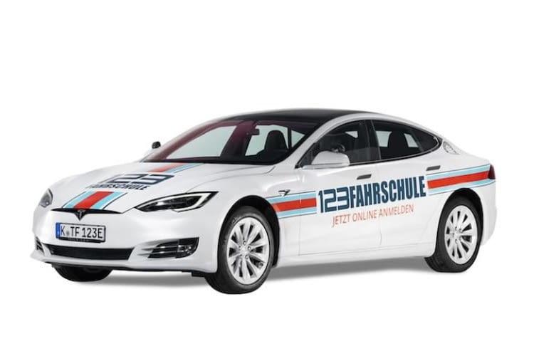 Die Fahrstunden für einen Automatik-Führerschein lassen sich auch in einem Tesla absolvieren