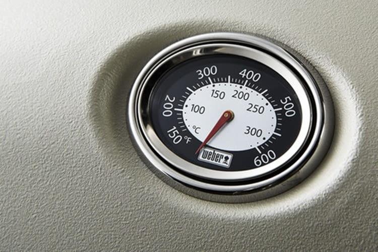 Dank des Deckelthermometers hat der Grillmeister die Temperatur immer im Blick