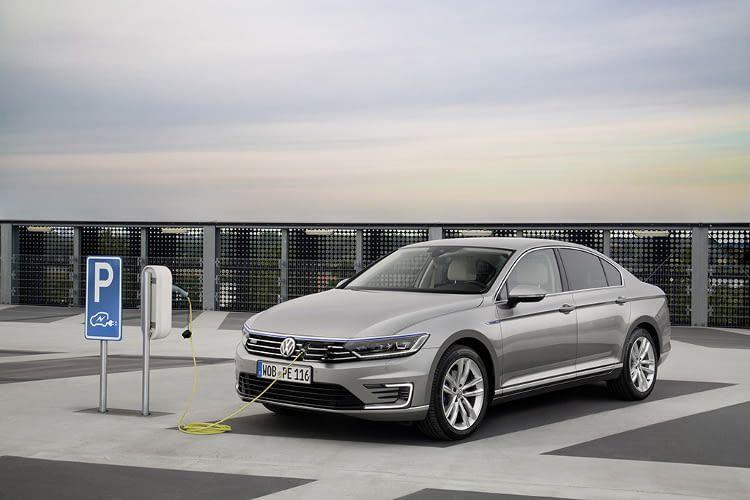 An einer Wallbox lädt das Elektroauto Passat GTE von VW in etwa 2 Stunden und 45 Minuten