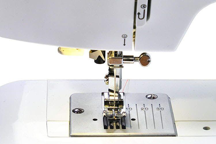 Die W6 Nähmaschine N 1135 bietet mm-Markierungen, die Anfängern beim Nähen helfen