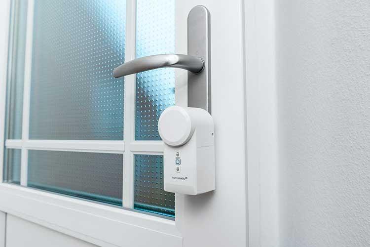 Für die Installation des Homematic IP Türschlossantriebs ist kein Bohren und Verdrahten nötig