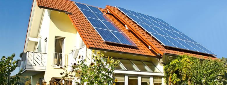 Smart selbst versorgen: Solarzelle auf dem Dach, innogy SmartHome im Haus, Ladebox in der Garage