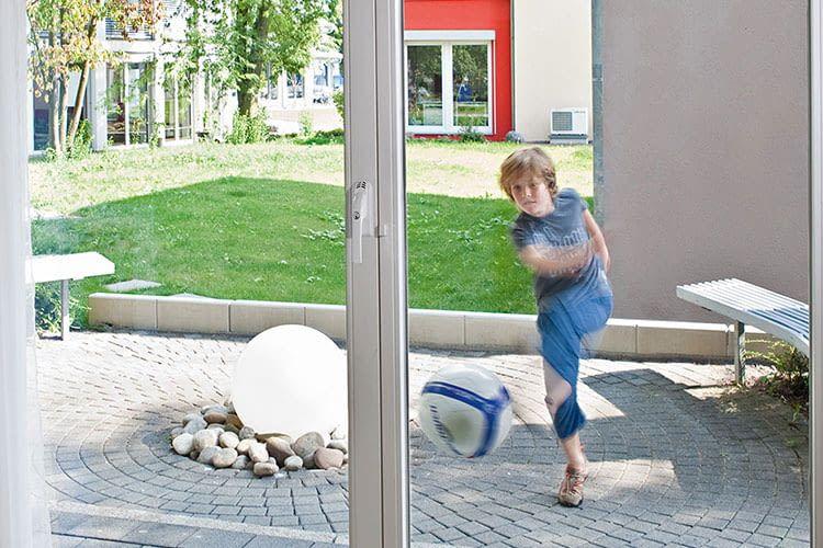 Wenn ein Ball gegen die Scheibe schlägt, lösen spielende Kinder keinen Fehlalarm aus