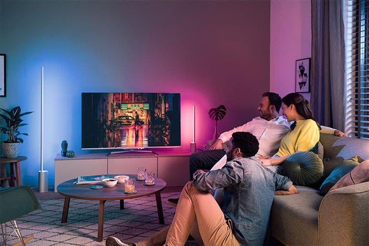 Philips Hue Signe Stehlampe: Strahlt Lichtakzente an die Wand und synchronisiert sich mit Medienstreams