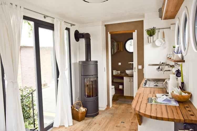 Helle Küchenzeile und ein separates Bad - auch ein Tiny House braucht ein Minimum an Luxus