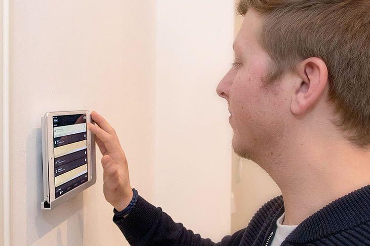 Timo bedient die Smart-Home-Zentrale