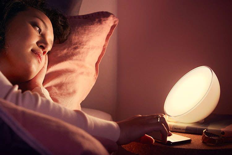 Auch im Schlafzimmer macht die LED Leuchte Philips Hue Go eine gute Figur