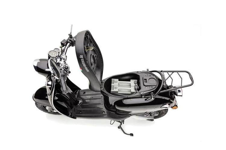 Ein leicht entnehmbarer Akku sorgt bei diesem E-Roller für viel Nutzungskomfort