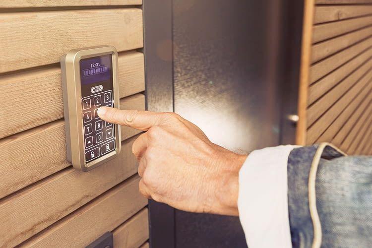 Die ABUS Funktastatur ermöglicht auch Kindern oder Verwandten ohne eigenen Schlüssel den Zutritt