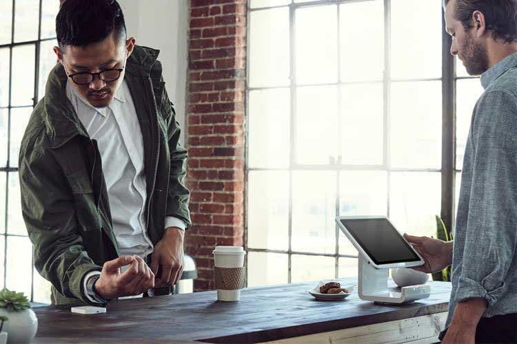 Eine Smartwatch erspart das Mitschleppen von Portemonnaie und Armbanduhr