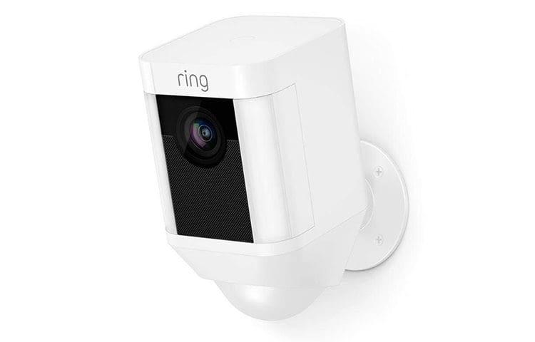Sorgt für mehr Sicherheit: die Ring Spotlight Cam mit integriertem Scheinwerfer, Sirenenton und Gegensprechfunktion