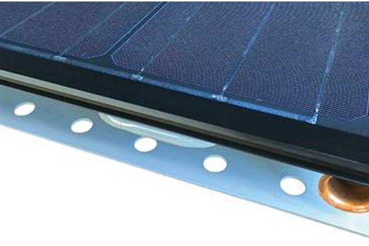 Die Luft-Wärmepumpe unterhalb der PVT-Anlage sorgt für maximale Effizienz