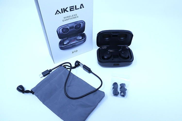 Der Lieferumfang der AIKELA In-Ears umfasst zusätzlich drei Ersatz-Aufsätze, ein USB-C Ladegabel und eine kleine Aufbewahrungstasche