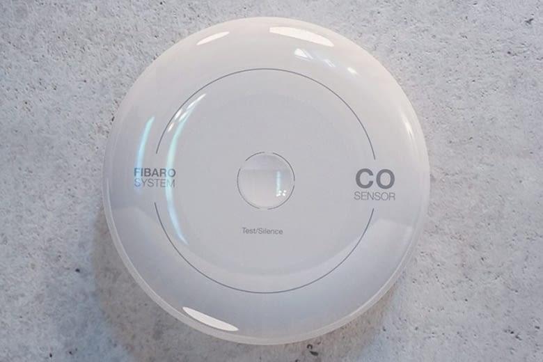 Mit 85 db-lauten Alarm und blinkender LED warnt der Fibaro CO Sensor vor gefährlichem Kohlenmonoxid