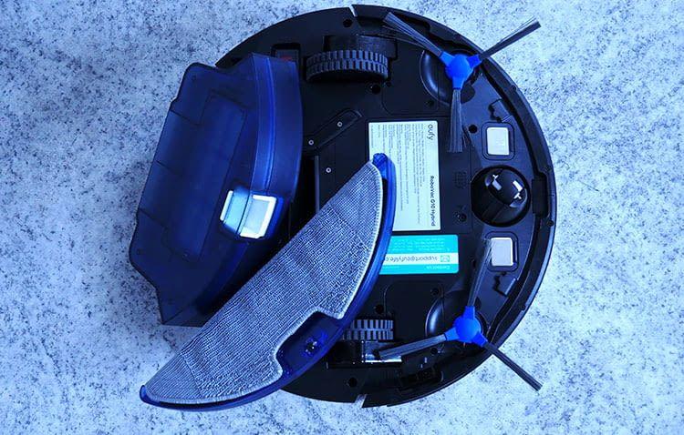 Saug- und Wasserbehälter ließen sich im Test einfach in den eufy RoboVac einschieben