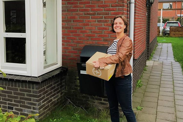 Eine der LockBox-Testerinnen beim Praxistest der smarten Paketbox