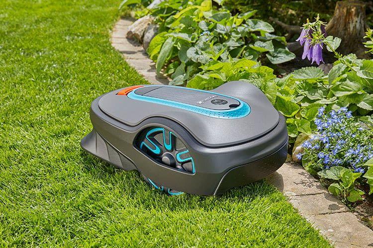 Der GARDENA SILENO life Mähroboter lässt sich bequem mit dem Gartenschlauch reinigen