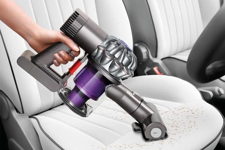 Dyson V6 Trigger+ in der 2017-Version ist am violetten Staubbehälter erkennbar