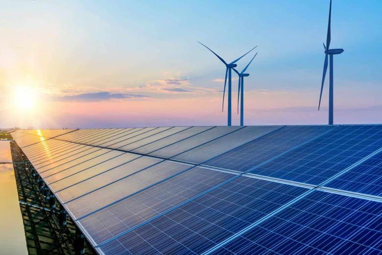 Vor allem der Ausbau von Wind- und Solarkraft sowie der anderen erneuerbaren Energien spielen der E-Mobilität in die Hände
