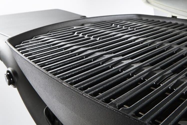 Der herausnehmbare, emaillierte Grillrost erleichtert die Reinigung
