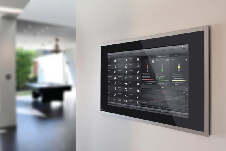 Gira Smart Home Touch Panel im Wohnzimmer