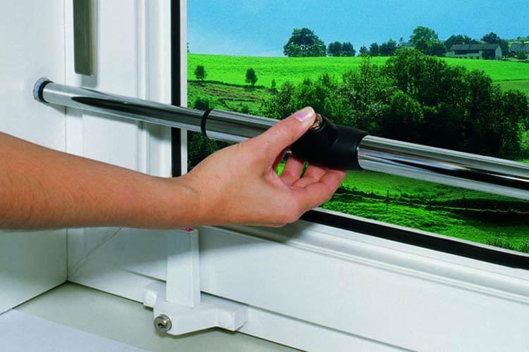 Die ABUS Teleskopstange Tele-Z eignet sich zum Schutz von Fenstern und Terrassentüren in Mietwohnungen