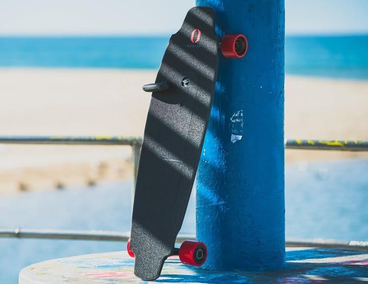 Nach 11 Kilometern einfach den Akku des Inboards M1 Skateboard wechseln