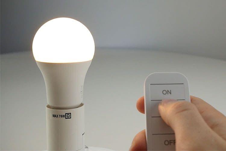 Mit der LSC Smart Connect Fernbedienung lassen sich grundlegende Lampenfunktionen per Knopfdruck steuern