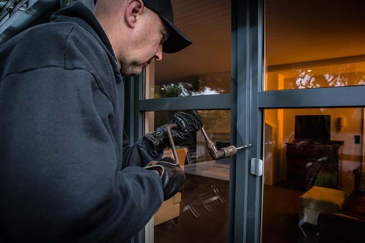 Der Einbruchschutz von Terassentüren, Haustüren und Fenster kann durch entsprechende Fenster- oder Türriegel enorm erhöht werden