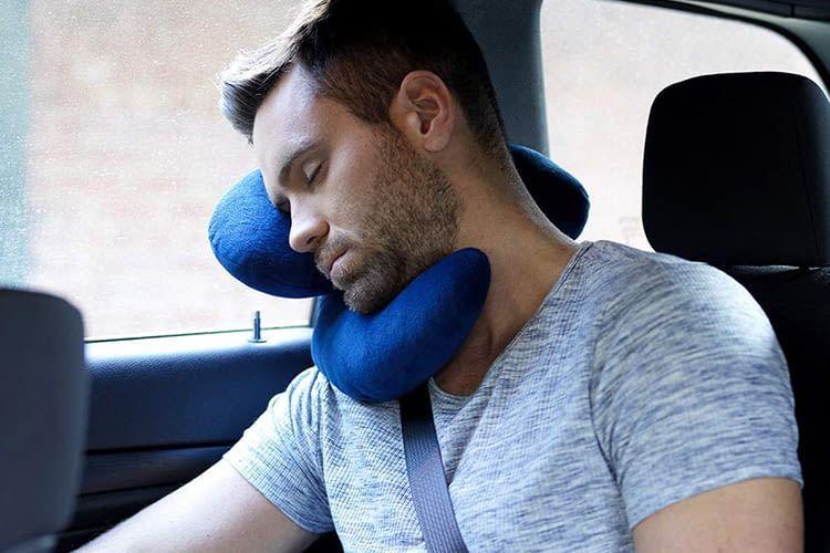 Der Name J-pillow kommt von der dreidimensionalen J-Form des Stützkissens