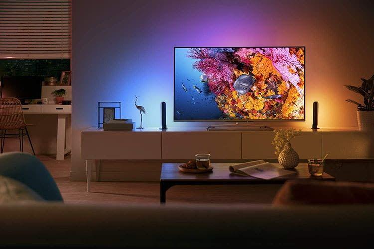 Die Philips Hue Play Lichtleisten können hinten am TV-Gerät oder Computer-Monitor angebracht werden