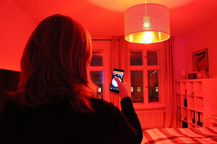 Maren steuert die smarten LED-Lampen