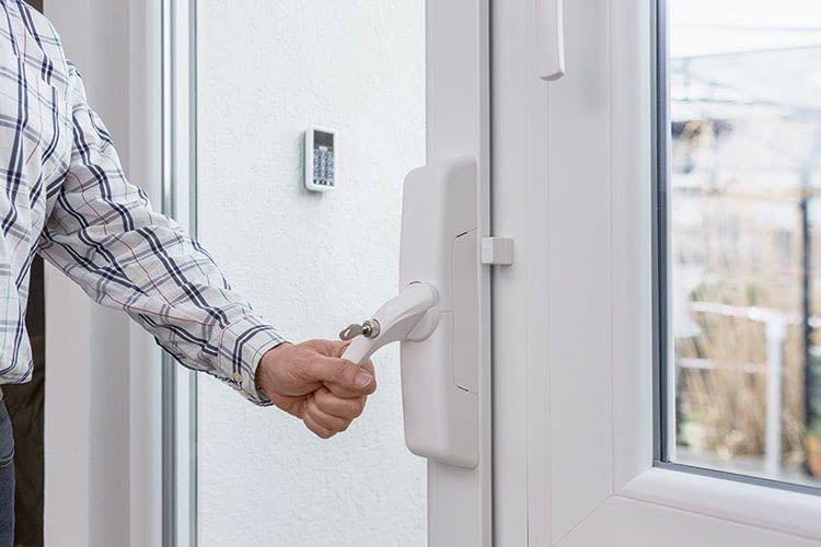 Maßnahmen wie der ABUS Funk-Fensterantrieb HomeTec Pro FCA3000 schützen gegen Einbrecher