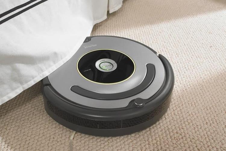 iRobot Roomba 615 / 616 saugt auch unter Betten, Regalen oder Tischen