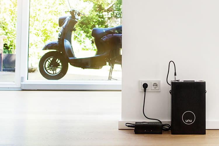 Der Akku kann dem E-Roller ganz einfach entnommen und an der Steckdose aufgeladen werden