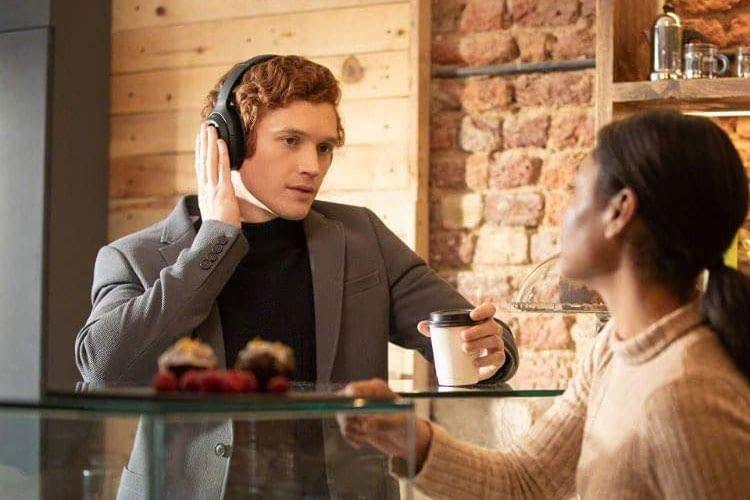 Per Touchbedienung können Nutzer am WH-1000XM4 Kopfhörer verschiedene Einstellungen vornehmen