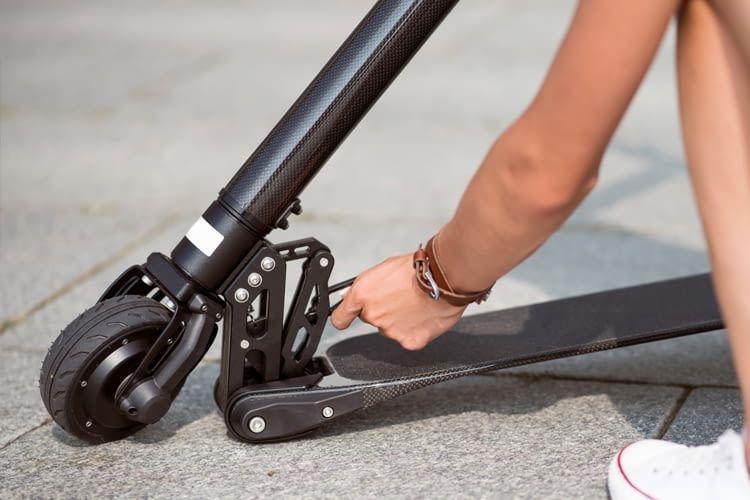 Wer seinen E-Scooter sicherheitshalber überall mit hinnehmen will, sollte darauf achten, dass er klappbar ist