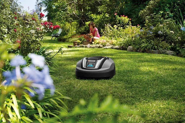 Der Mähroboter GARDENA Mähroboter R70Li mäht den Rasen täglich - das geschnitte Gras wird zu natürlichen Dünger