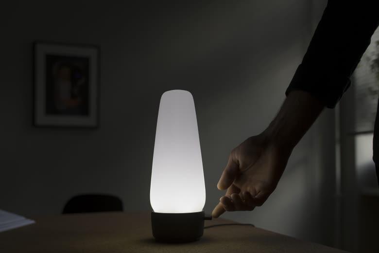 Die smarte Lampe lässt sich per Sprachbefehl oder Berührung am Sockel aktivieren