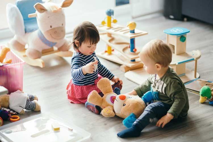 Kinder beziehen Alexa unbefangen in ihr Spiel mit ein und geben dabei manchmal Bestellungen auf