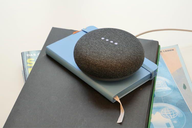 Google Home Mini merkt sich Termine, steuert Lampen, Thermostate oder den Fernseher u.v.m.