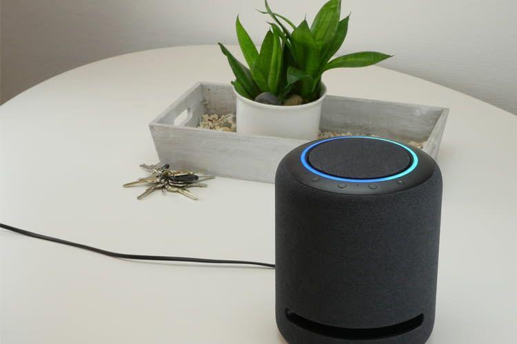 Amazon Echo Studio ist nur knapp 21 cm hoch, wiegt aber schwere 3,5 Kilogramm