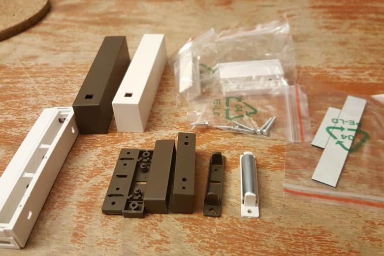Die Tür-/Fensterkontakte gibt es in weiß und braun - zum flexiblen Anpassen an die Rahmen